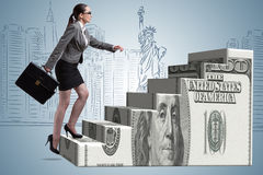 Le concept s'élevant d'échelle du dollar de femme d'affaires Photographie stock libre de droits