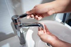 Le concept sain et d'hygiène, tir en gros plan de femme se lave les mains au-dessus d'un évier avec le robinet d'eau image libre de droits