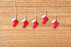 Le concept simple de Noël du rouge décoré a peint des bottes sur le woode Image stock