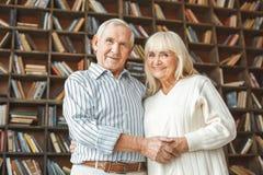 Le concept supérieur de retraite de couples ensemble à la maison se tenant se tenant remet le regard en bas de l'appareil-photo Photos stock