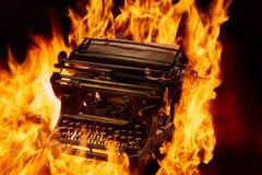 Le concept a tiré de la machine à écrire manuelle antique avec le papier brûlant sur le fond noir, foyer sélectif Photo libre de droits