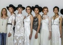 Le concepteur Claire Pettibone pose avec des modèles à l'exposition 2016 de piste de Claire Pettibone Bridal solides solubles Photographie stock libre de droits