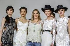 Le concepteur Claire Pettibone pose avec des modèles à l'exposition 2016 de piste de Claire Pettibone Bridal solides solubles Photos stock
