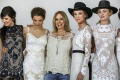 Le concepteur Claire Pettibone pose avec des modèles à l'exposition 2016 de piste de Claire Pettibone Bridal solides solubles Photo stock