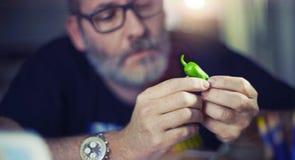 Le concepteur créatif regarde le poivron vert, poivre de piment fort Images libres de droits