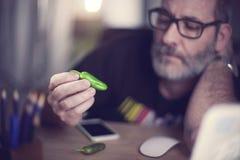 Le concepteur créatif regarde le poivron vert, poivre de piment fort Photographie stock libre de droits