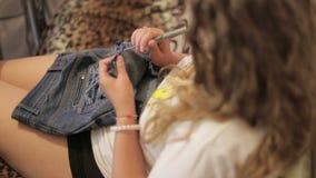 Le concepteur de femme déchire le tissu pour utiliser une alêne, faite main, plan rapproché clips vidéos