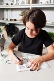 le concepteur dessine les vêtements et les sacs image libre de droits