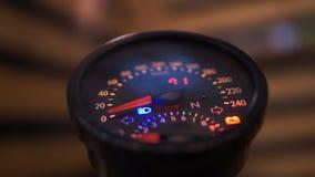 Le concepteur a illuminé le tachymètre sur l'exposition, la vitesse et la sécurité sur des routes clips vidéos