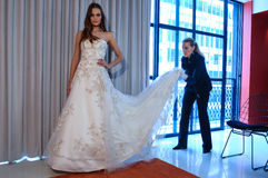 Le concepteur Michelle Roth est vu à la présentation de collection de Michelle Roth Bridal Spring 2016 Photos libres de droits