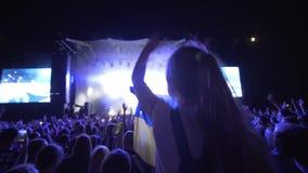 Le concert de rock, fans de sort apprécient et battent sur la partie de musique en direct contre l'étape brillamment allumée avec banque de vidéos