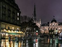 Le Conciergerie, le Sainte Chapelle, et les cafés adjacents une nuit d'hiver, Paris, France photos stock