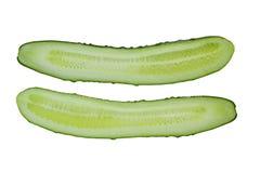 Le concombre frais et juteux a coupé dans la moitié, d'isolement sur un fond blanc image libre de droits
