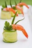 Le concombre roule avec la crevette Photo stock