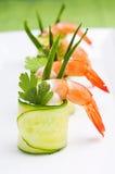 Le concombre roule avec la crevette Images stock