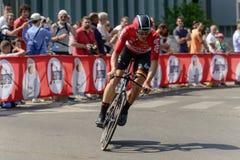 Le concurrent d'équipe de Soudal de loto incline son vélo aux chèques postaux 2017, Milan image stock