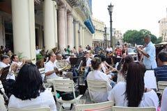 Le conducteur avec la bande en laiton à La Havane images libres de droits