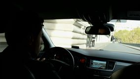 Le conducteur conduit une voiture dans la partie centrale de Paris banque de vidéos