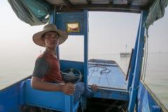 Le conducteur d'un taxi de l'eau vénère le bateau dans une position de amarrage images libres de droits