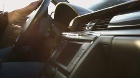 Le conducteur derrière la roue d'une voiture banque de vidéos