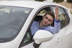 Le conducteur fâché a collé à l'embouteillage observant la voiture extérieure photos stock