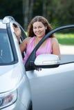 Le conducteur femelle près a ouvert la portière de voiture avec la clé à disposition Photographie stock
