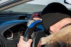 Le conducteur a obtenu la boisson alcoolisée ivre et est tombé endormi dans la voiture photos stock