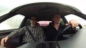 Le conducteur personnel prend son patron à une réunion d'affaires La vid?o a ?t? tir?e ? l'int?rieur de la carlingue clips vidéos