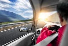 Le conducteur se précipite en la voiture le long de la route Course de vitesse dans le mouvement photos stock
