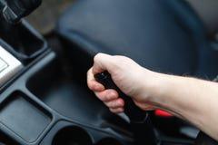 Le conducteur tire le levier de frein de main Images stock