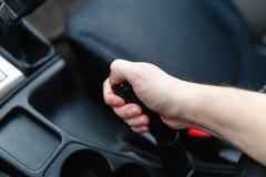 Le conducteur tire le levier de frein de main Photo libre de droits