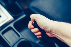 Le conducteur tire le levier de frein de main Main masculine tirant le frein à main utilisant le levier de frein de main Frein de Photographie stock