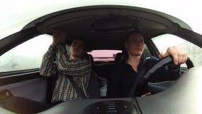 Le conducteur va célèbre conduire Passager se tenant pour la poignée sur le toit de la carlingue banque de vidéos