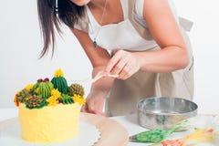 Le confiseur préparent le gâteau photo stock
