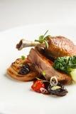 le confit Bien-bruni et croquant de canard avec le fenouil de rôti, les agrumes et le pruneau sauce Patte rôtie de canard Plat bl Images libres de droits