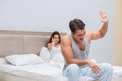 Le conflit de famille avec l'épouse et le mari dans le lit Photos libres de droits