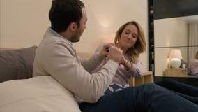 Le conflit entre l'homme et les femmes, jeune mari devient jaloux en raison du message Photos stock