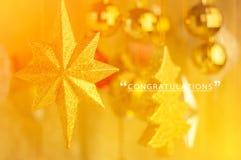 Le congratulazioni cardano con i regali e la decorazione brillanti dell'albero jpg Fotografia Stock Libera da Diritti