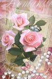 Le congratulazioni cardano con le rose, le farfalle e la collana della perla Fotografia Stock Libera da Diritti