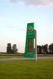 Le conseil avec des prix devant la station service de Belorusneft Image stock