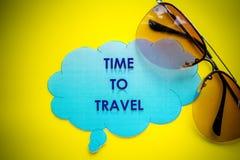 Le conseil avec le message, vacances de déplacement de vacances de voyage de vacances détendent Accueil au point de repère de voy photos libres de droits