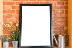 Le conseil blanc vide sur le mur de briques pour font de la publicité le message Image stock