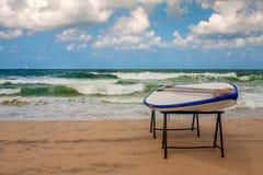 Le conseil du maître nageur sur la plage. Photographie stock libre de droits