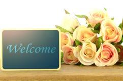 Le conseil en bois se connecte le fond de roses Photos libres de droits