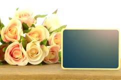 Le conseil en bois se connecte le fond de roses Images libres de droits