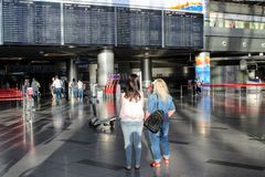Le conseil principal avec le programme de vol à l'aéroport international Vnukovo Moscou - juillet 2017 Photographie stock
