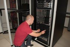 Le conseiller informatique effectue le travail à un centre de traitement des données Photos stock