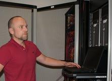 Le conseiller informatique effectue le travail à un centre de traitement des données Images stock