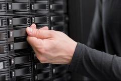 Le conseiller informatique maintiennent la grande rangée de San dans le datacenter Photos libres de droits