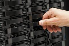 Le conseiller informatique remplace l'unité de disque dur de San dans le datacenter Images stock